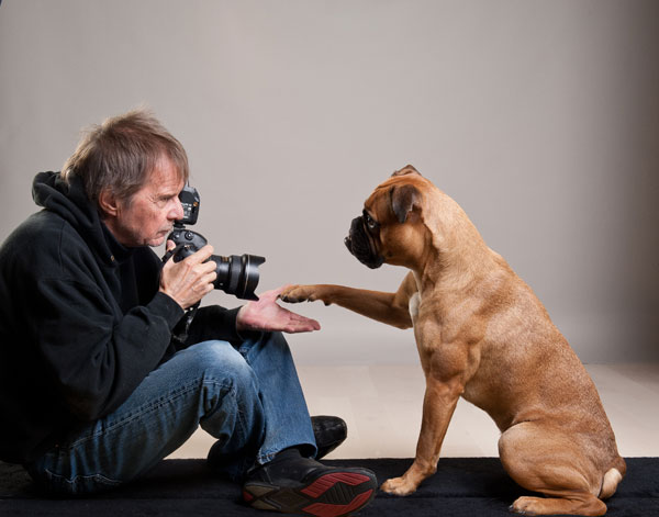 Uli Stein fotografiert einen Hund der ihm Pfötchen gibt
